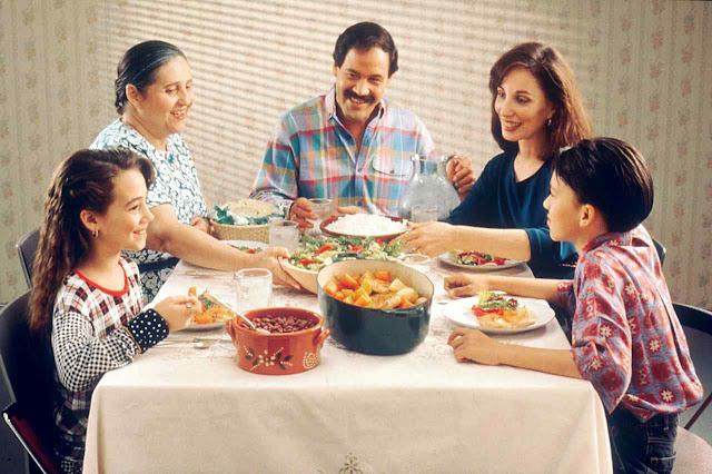 Comer em família é indispensável sem invasão digital