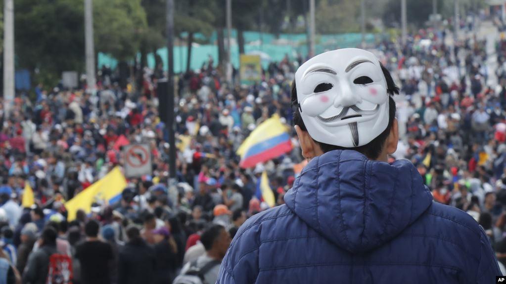 Un hombre usando una máscara de Guy Fawkes en la nuca se une a protestas contra el gobierno del presidente Lenín Moreno en Quito, Ecuador, el martes 8 de octubre de 2019 / AP/ Fernando Vergara