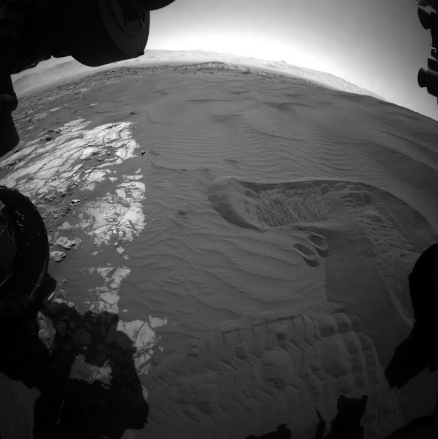 Mars rover Curiosity tastes scooped, sieved sand