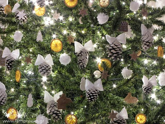 Στολισμός χριστουγεννιάτικου δέντρου με χειροποίητα στολίδια.