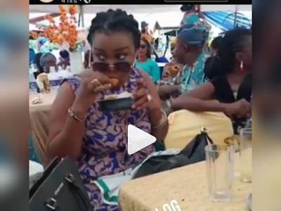 Slay Queen Caught On Camera Hidden Foods In Her Bag In Party. VIDEO