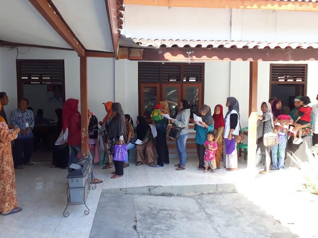Warga Berbondong Bondong Datangi Kantor Desa Jimbung, Lihat Apa Yang Dilakukan