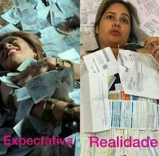 Foto montagem dupla. À esquerda, uma mulher sorridente deitada, coberta de cédulas de dinheiro. Abaixo lê-se: Expectativa. À direita, a mulher com expressão séria e coberta de boletos de pagamento. Abaixo lê-se: Realidade.