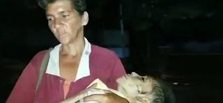 Μητέρα κουβαλά τη σορό της υποσιτισμένης 19χρονης κόρης της στη Βενεζουέλα