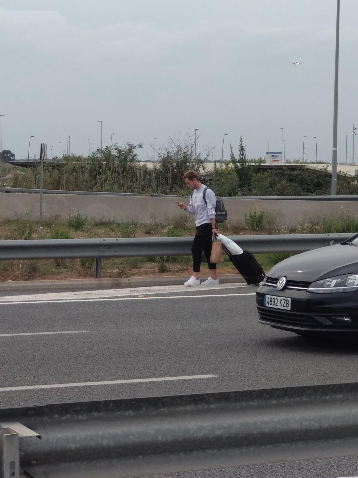 """FC Barcelona Ivan Rakitics ar kājām pamet """"El Prat"""" lidostu"""