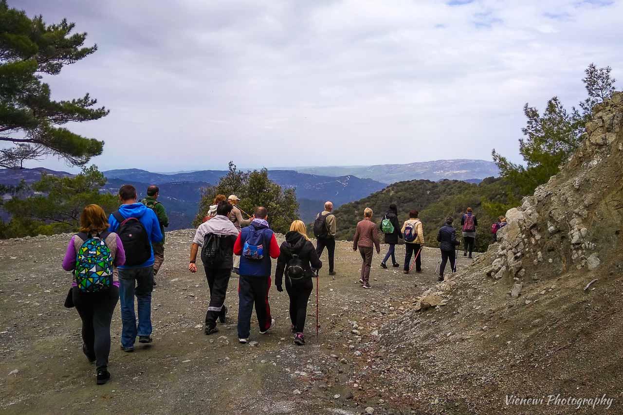 Grupa ludzi wędrująca górskim szlakiem pieszym - z Trodotissa do Foini.