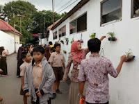 Tembok Sekolah Dipercantik dengan Cat Warna Warni