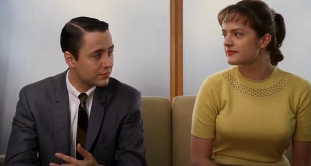 Peggy olson de la série madmen porte un gilet court en tricot ajouré