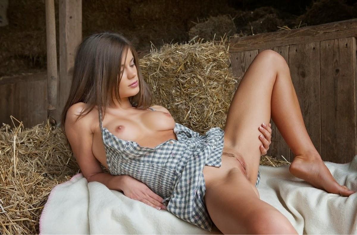 Смотреть секс с девушкой на чердаке деревенском вечеринки студентов даче