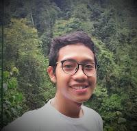Blogger Eksis lagi selfie di hutan saat berada di atas Canopy Trail