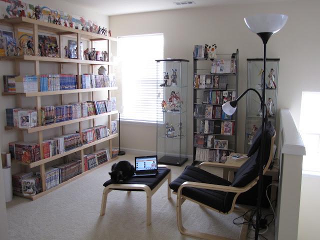 Pokój z regałami z mangą i anime, na środku fotel do oglądania filmów i seriali animowanych