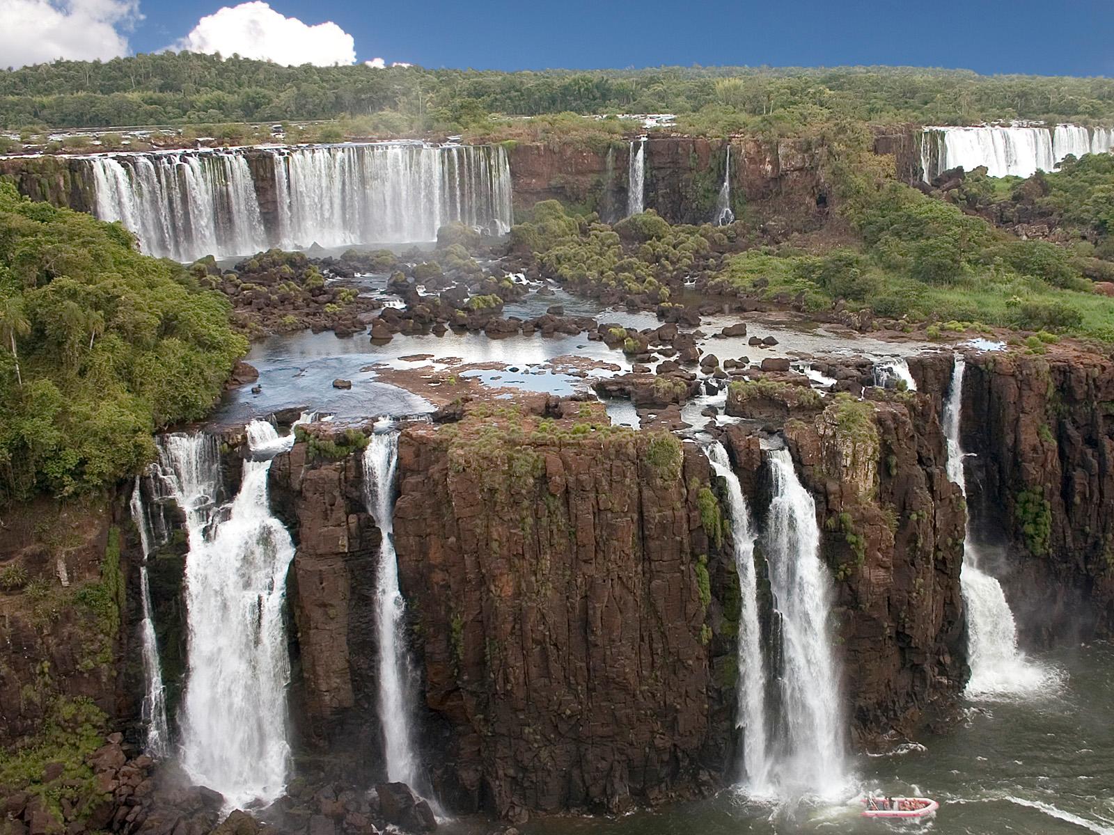 Самая большая система водопадов в парке Игуасу в Аргентине