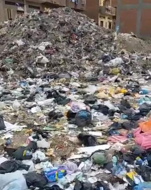 شكوى من انتشار تلال القمامة بمدخل نجع أبو هريدى بالمنشاه فى سوهاج