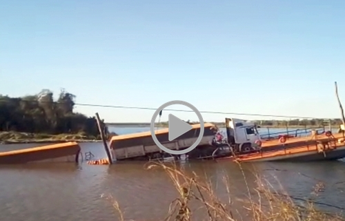 Balsa não suporta peso de carreta carregada de milho e afunda no rio Roosevelt
