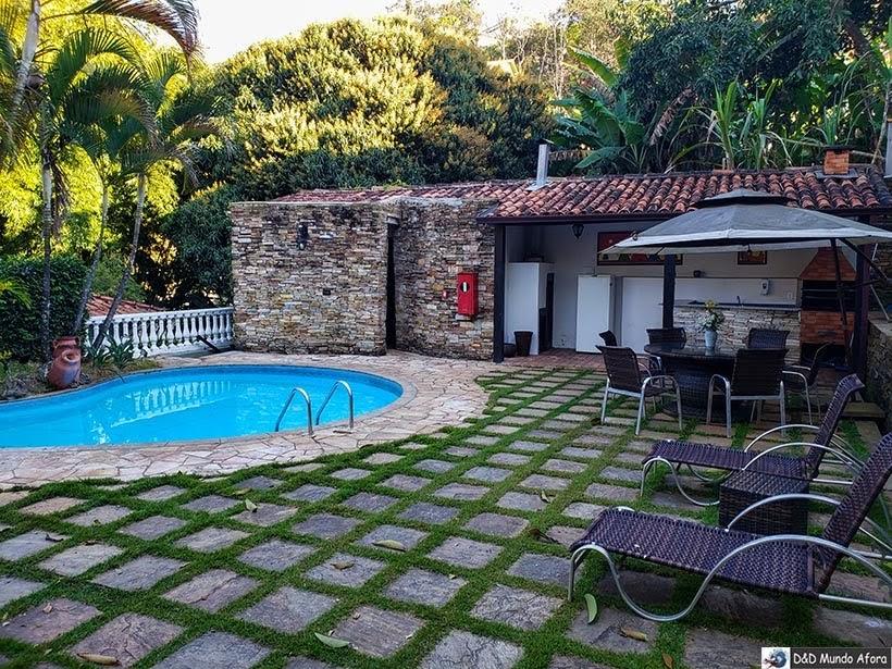 Piscina e área de churrasco na Pousada Arcadia Mineira em Ouro Preto