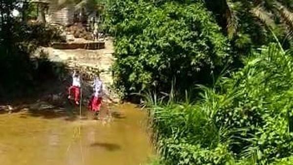 'Keranjang Terbang' di Riau Juga Dipakai Murid TK untuk Seberangi Sungai