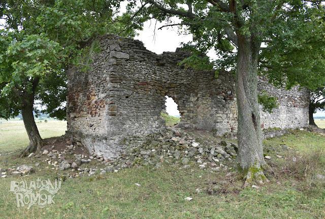 Sóstókáli templomrom falmaradványai nyílással a szentély észak-keleti falán.