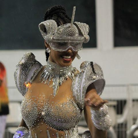 Bailarina do Faustão, Pâmella Gomes samba com look cibernético em ensaio