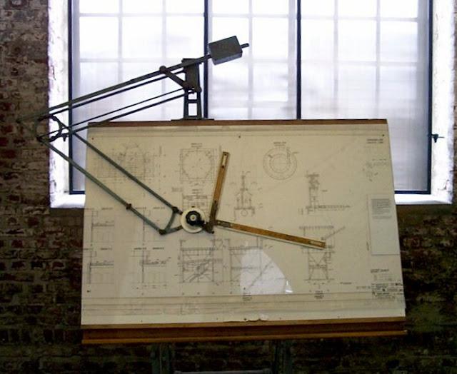 Foto de una mesa de dibujo antigua con tecnígrafo