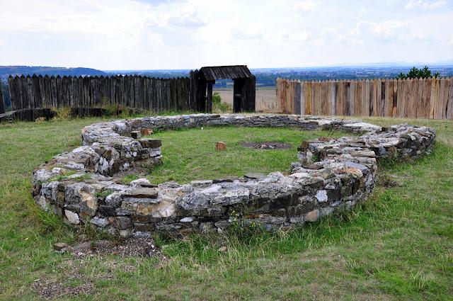 Relikty romańskiej rotundy na Wielko Morawskim grodzisku w Ducove