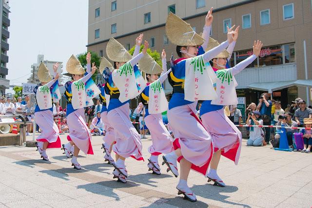 高円寺、熊本地震被災地救援募金チャリティ阿波踊り、東京新のんき連の舞台踊りの女踊りの踊り手の写真 2枚目