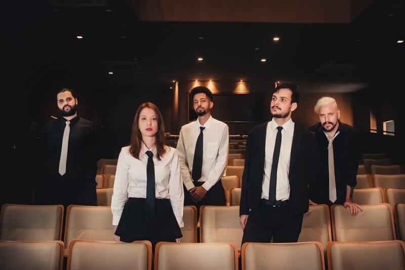 """Após mergulhar em um processo de recriação das próprias canções - seja com um EP ao vivo ou com um EP em estilo 8-bit -, a banda Auri apresenta sua primeira faixa inédita desde 2019. Em """"Nó"""", os músicos fazem uma reflexão sobre as dualidades da vida."""