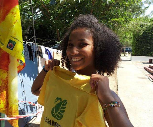 Ragazza che sorride con maglietta gialla con cigno verde