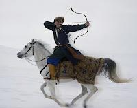 At üstünde giderken arkasına dönerek geriye ok atan eski bir Türk okçusu ya da tirendaz