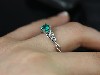 Nhẫn cưới đá ngọc lục bảo