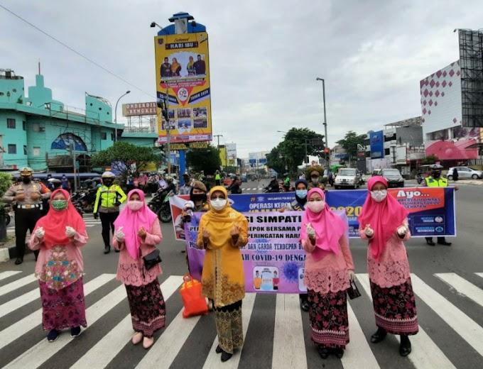 Hari Ibu, Pemkot dan Satlantas Depok Bagikan 500 Masker