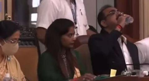 Dikira Air Minum, Seorang Pejabat di India Teguk Hand Sanitizer saat Rapat
