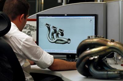 Tecnico Renault durante le fasi di progettazione dello scarico del motore V6 turbo per l'anno 2014