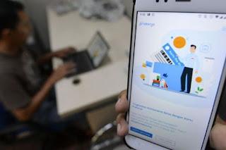 Banyak pekerja yang di-PHK berusaha mendaftarkan diri untuk mendapat bantuan lewat skema Kartu Prakerja