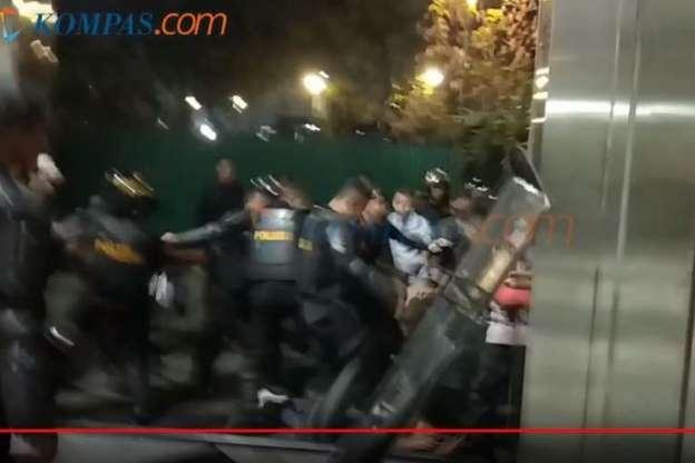 Liput Demo di DPR, Wartawan Digelandang Polisi Disuruh Masuk Mobil Tahanan