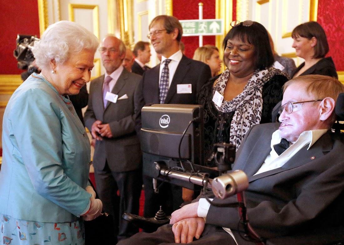 Stephen Hawking gặp Nữ hoàng Elizabeth Đệ nhị tại Cung điện Thánh James vào năm 2014. Hình ảnh: Rex/Shutterstock.