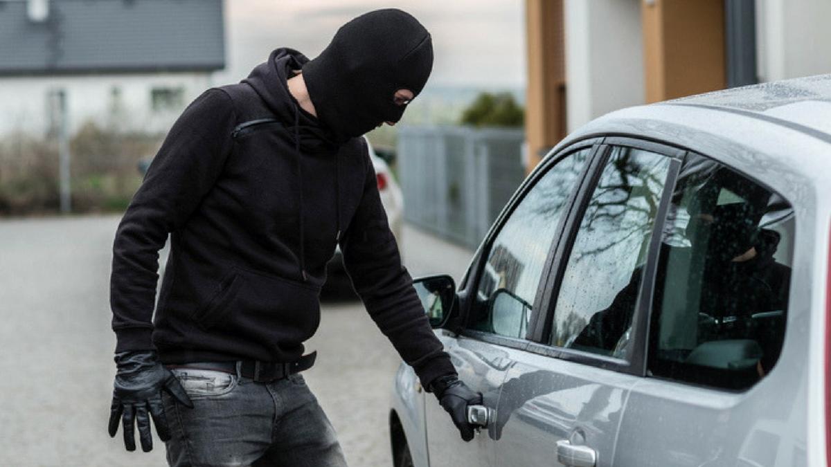 Polziia di Stato furto auto via Nuovaluce