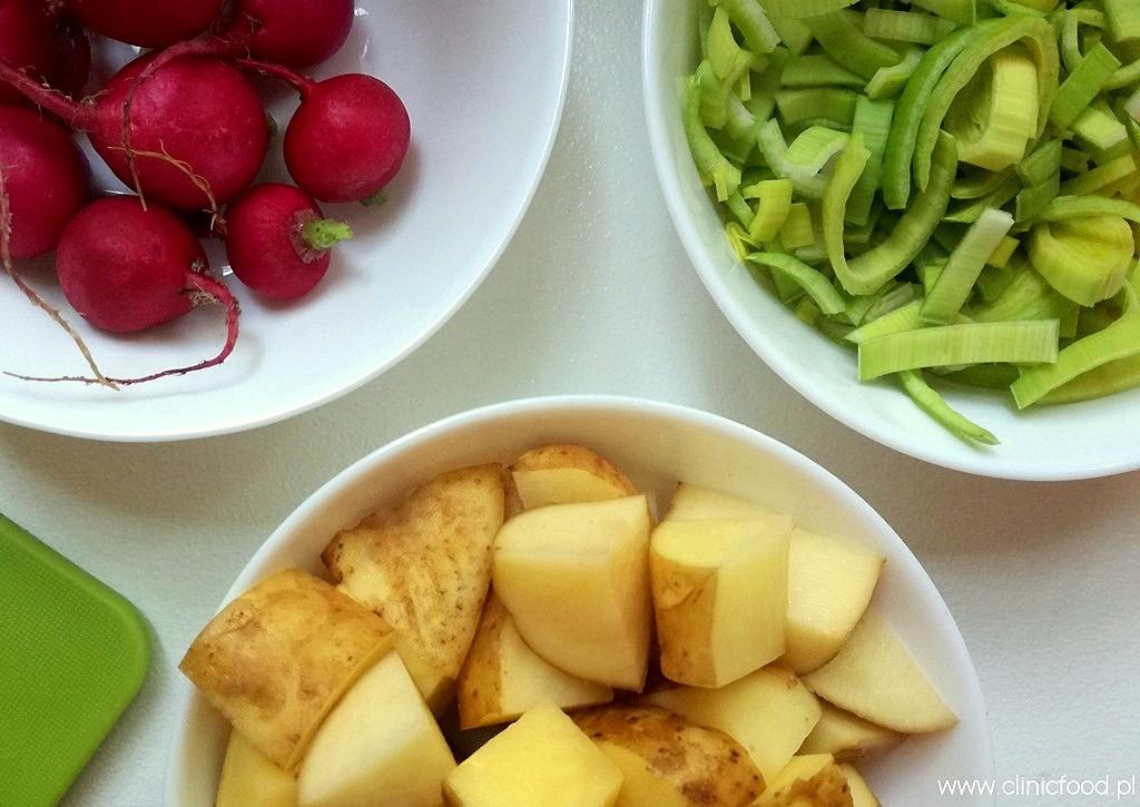 Sałatka ziemniaczana z porem, rzodkiewkami i kurczakiem
