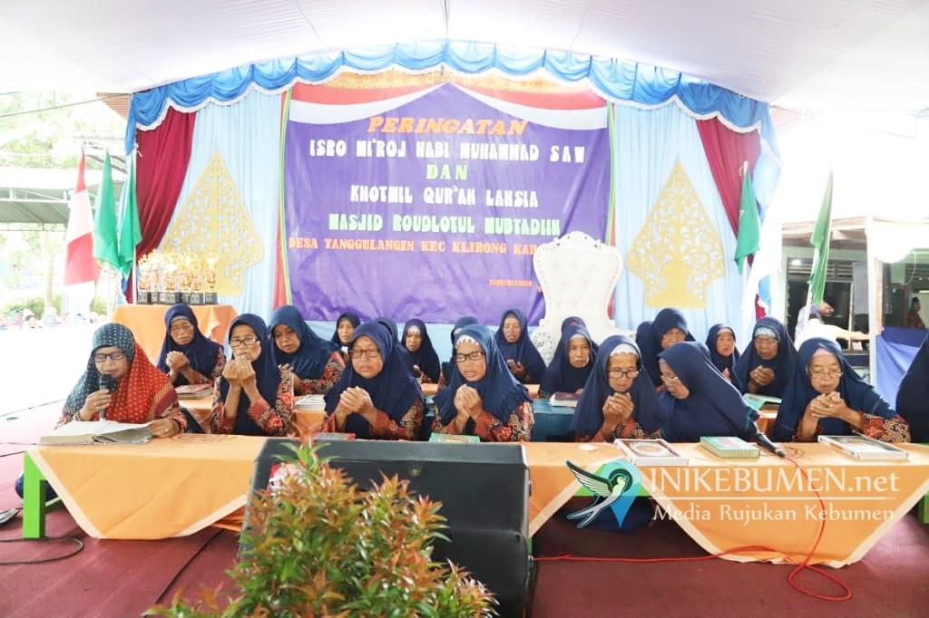 Meski Tak Lagi Muda, Puluhan Lansia di Tanggulangin Klirong Ikut Khataman Al-Quran