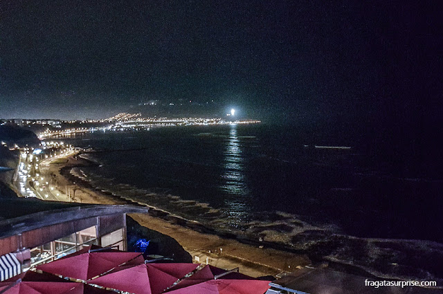 A noite de Lima vista do Shopping Larcomar, em Miraflores