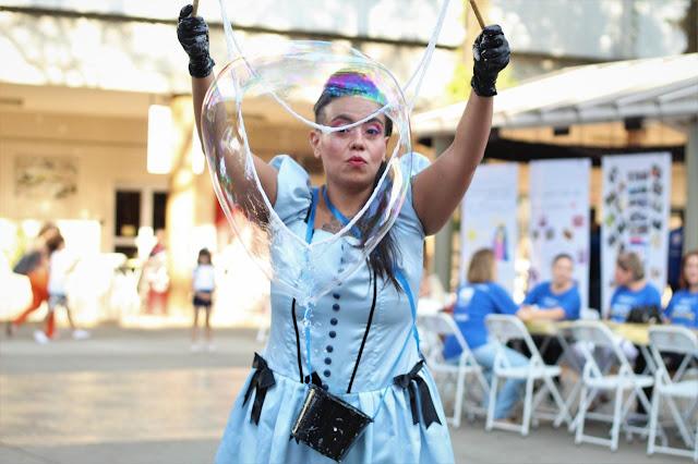 Atração Bolhas Gigantes de Humor e Circo para eventos de semana das crianças em São Paulo.