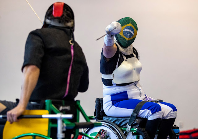 Atleta da Esgrima em Cadeira de Rodas, Monica Santos com máscara do Brasil