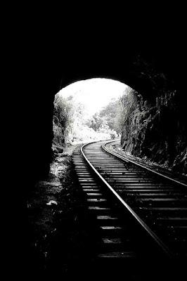 ممر وطريق نحو نفق القطار ، تصميم لون اسود