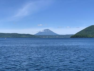 洞爺湖から見た羊蹄山