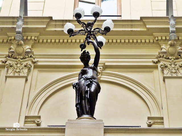 Close-up de uma escultura-luminária do átrio do Palácio Ernesto Leme - Centro - São Paulo