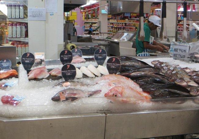 Свежая рыба лежит на льду