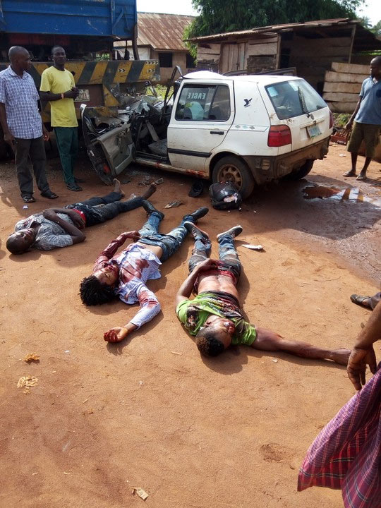 Graphic: 4 dead as vehicle rams into parked trailer along Benin-Asaba Expressway