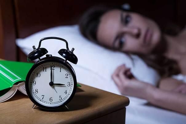 Mujer despierta no puede dormir