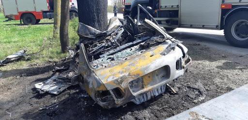 Kokā ietriekušās mašīna apdegušā virsbūve