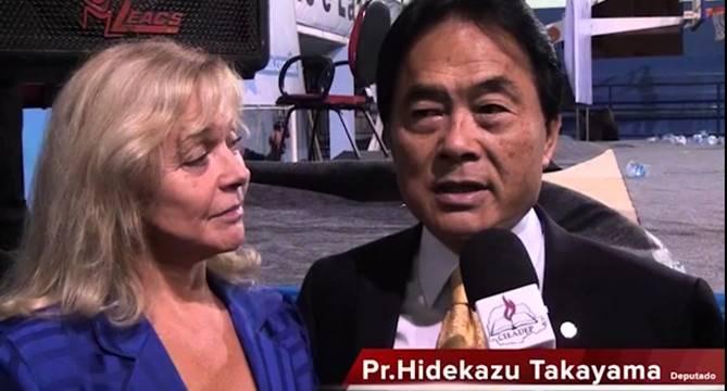 Pastor Takayama humilha esposa ao vivo