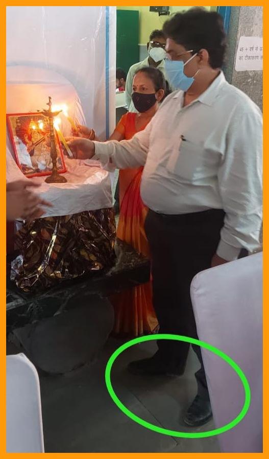 अयोध्या: मुख्य अतिथि खंड विकास अधिकारी ने जूता पहनकर की माँ सरस्वती की पूजा, भूले अपना धार्मिक संस्कार